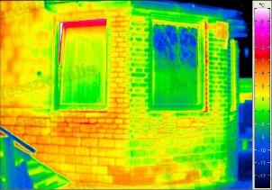 Épület-termográfia gyakorlati tanácsok a mérésekhez - Eltérő anyagminőségek kimutatása (forrás: PIM)