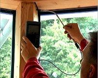 Levegőmozgás-keresés áramlásmérővel (forrás: Blowerdoor)
