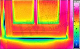 Rosszul záró ajtó hőképe (forrás: Infratec)