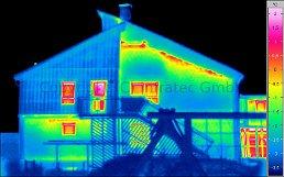 2011/07-08: Tipikus épületkárok termográfiai felismerhetősége - Hőhídas, levegőáteresztő tűzfal-illesztés (forrás: Infratec)